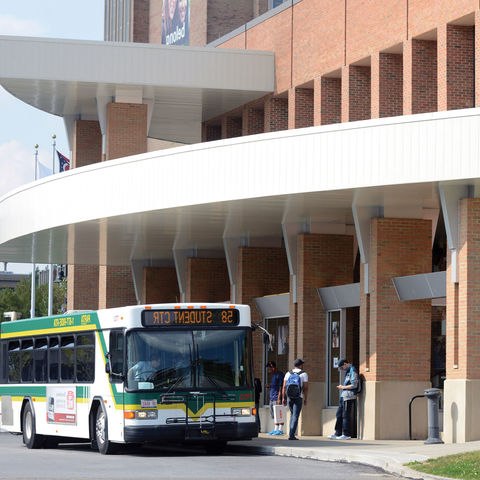 A部分, the Portage Area Regional Transit Authority, provides bus services to 肯特 State and beyond. Busses run a regular schedule to every part of campus and also offer travel to Akron and Cleveland.