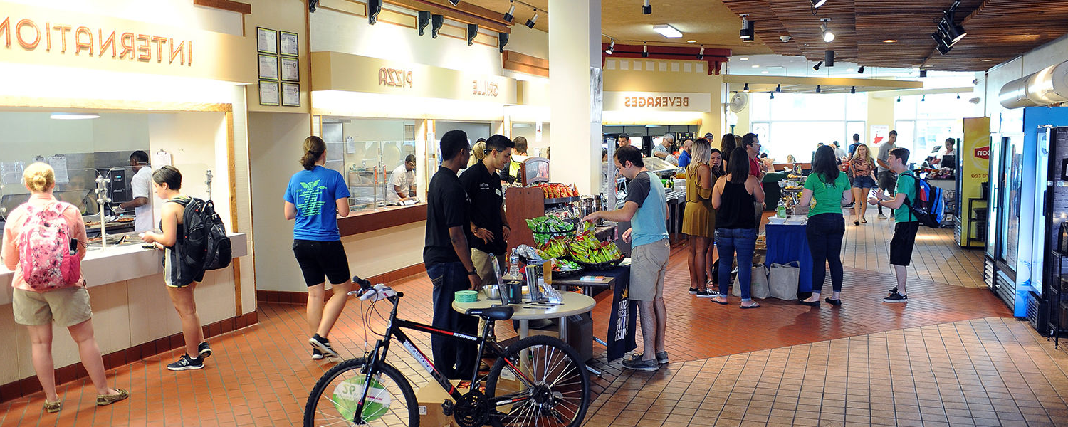 Students gather in the Prentice Hall Café, 肯特 State University's gluten free dining hall.