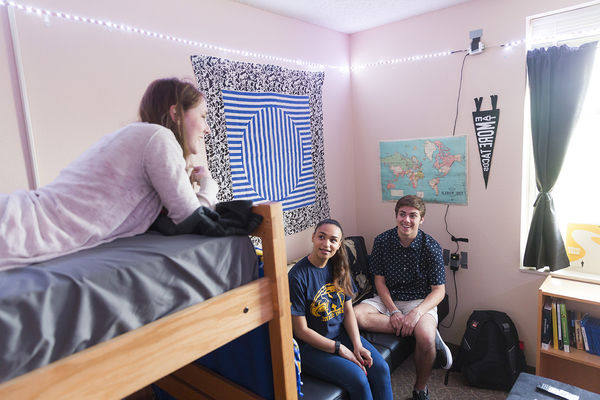Students in chat in a dorm room on the 肯特校园.