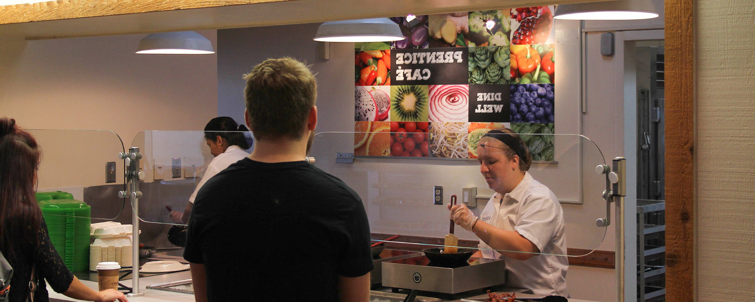 Kent State University students wait for their food to be prepared at Prentice Café. 肯特 State becomes the first university in the country to feature an entirely gluten-free dining hall on campus.