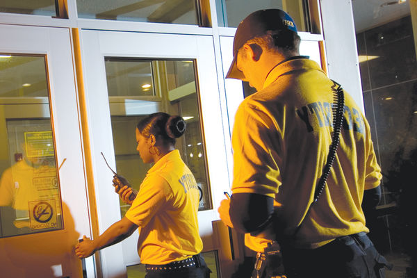 Campus security aides enter a building on the 肯特校园.